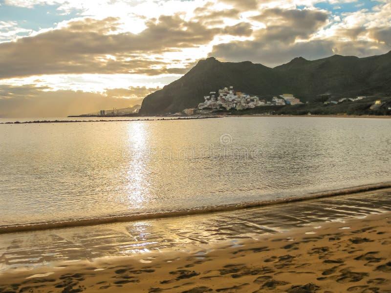 Strand bei Sonnenuntergang stockbild