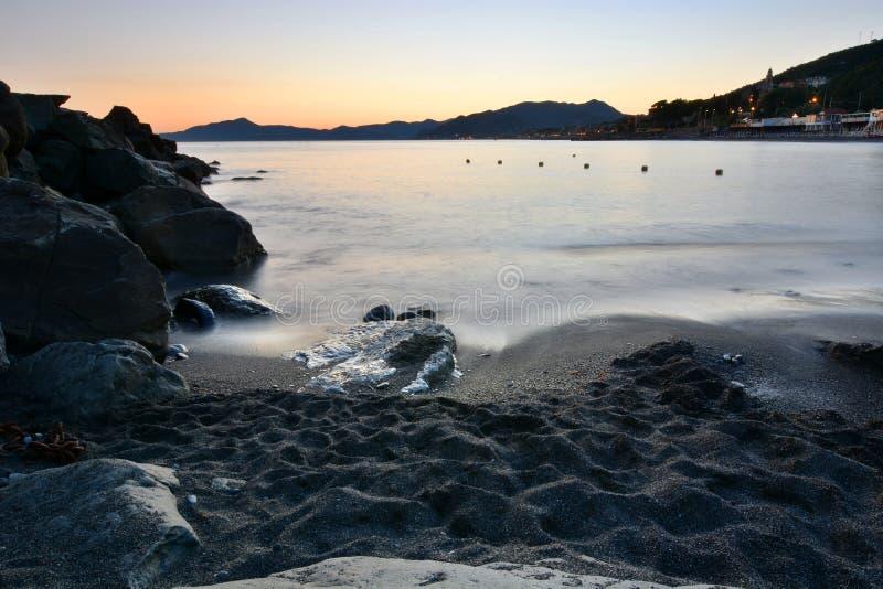 Strand bei Sonnenuntergang Cavi di Lavagna Camogli, Italien stockfoto