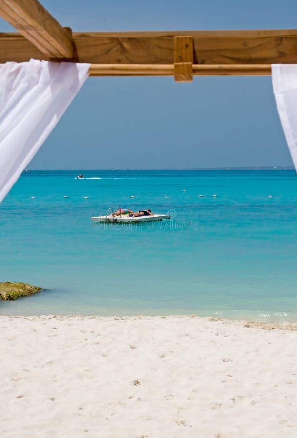 Strand-Bett im Paradies stockbild