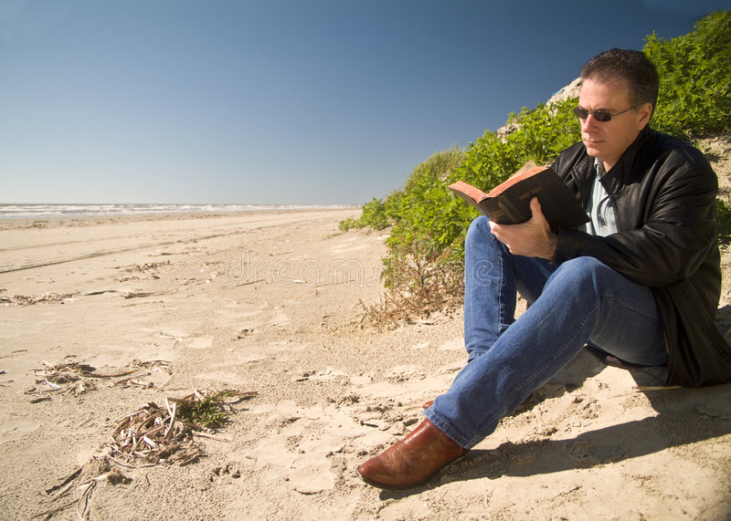 Strand-Bibel-Studie lizenzfreie stockfotografie