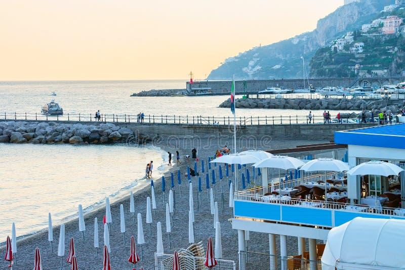 Strand bij Amalfi kust en Thyrreense Zee bij zonsondergang royalty-vrije stock afbeelding