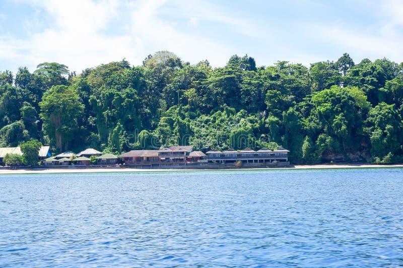 Strand bij Bunaken-Eiland in Madnado, het Noorden Sulawesi royalty-vrije stock afbeelding