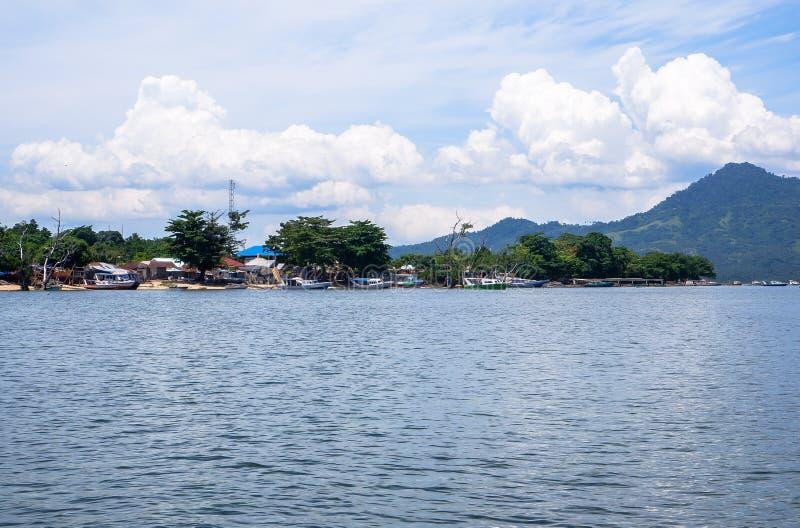 Strand bij Bunaken-Eiland in Madnado, het Noorden Sulawesi stock fotografie