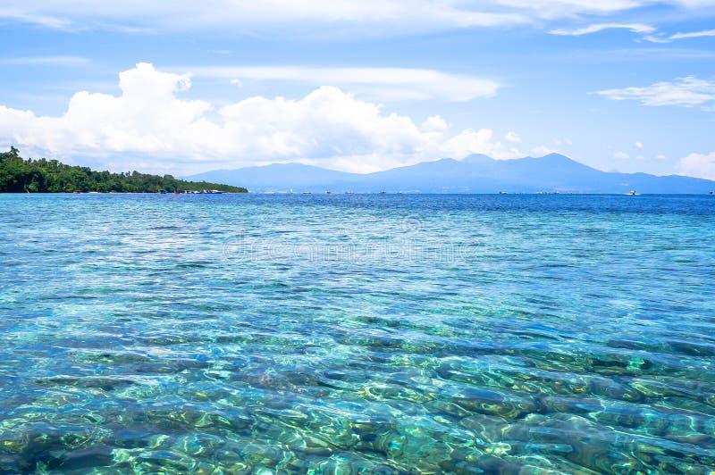Strand bij Bunaken-Eiland in Madnado, het Noorden Sulawesi stock foto's