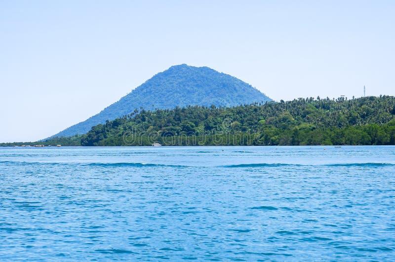 Strand bij Bunaken-Eiland in Madnado, het Noorden Sulawesi royalty-vrije stock fotografie