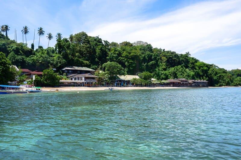 Strand bij Bunaken-Eiland in Madnado, het Noorden Sulawesi royalty-vrije stock afbeeldingen