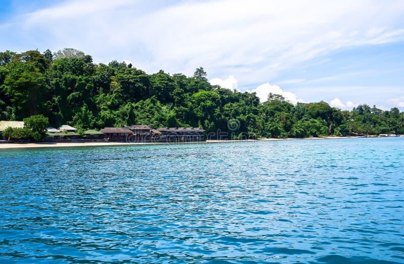 Strand bij Bunaken-Eiland in Madnado, het Noorden Sulawesi stock afbeeldingen