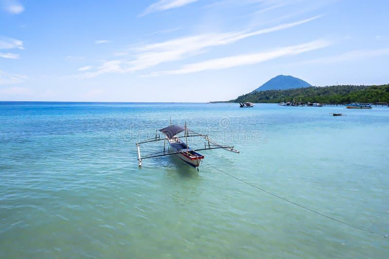 Strand bij Bunaken-Eiland in Madnado, het Noorden Sulawesi royalty-vrije stock foto's