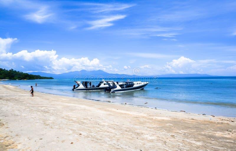 Strand bij Bunaken-Eiland in Madnado, het Noorden Sulawesi stock afbeelding
