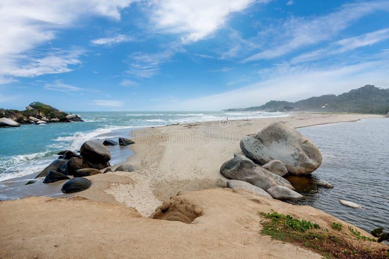 Strand bij het Nationale Park Santa Marta van Tayrona in Colombia stock foto