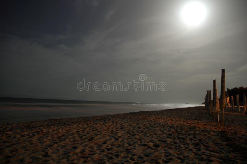Strand bij nacht wordt verlaten die royalty-vrije stock foto's