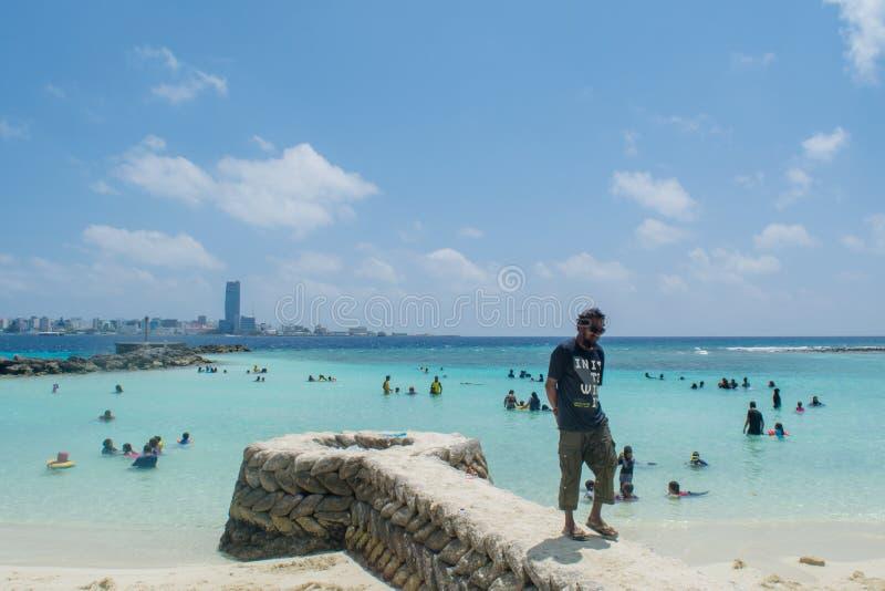 Strand bij Villingili-eiland in de Maldiven overvol door plaatselijke bevolking royalty-vrije stock foto
