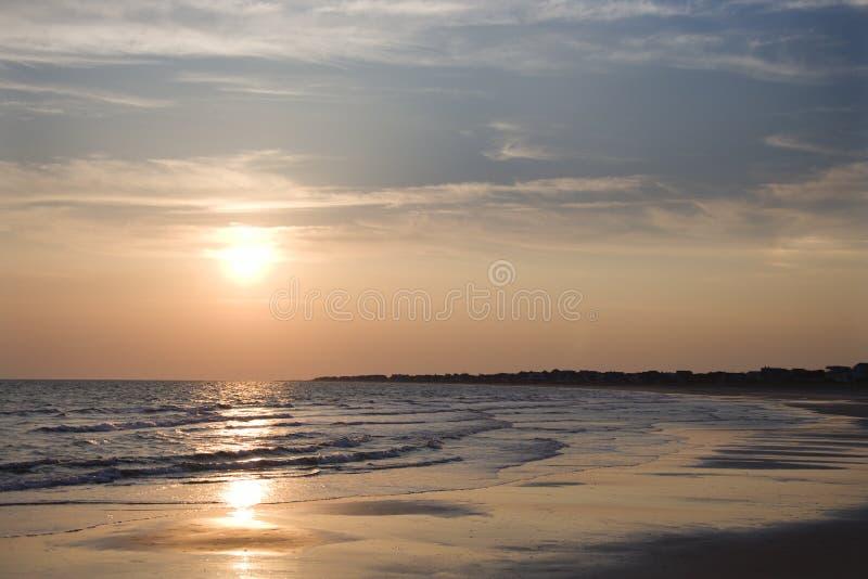 Strand bij zonsondergang. royalty-vrije stock afbeeldingen
