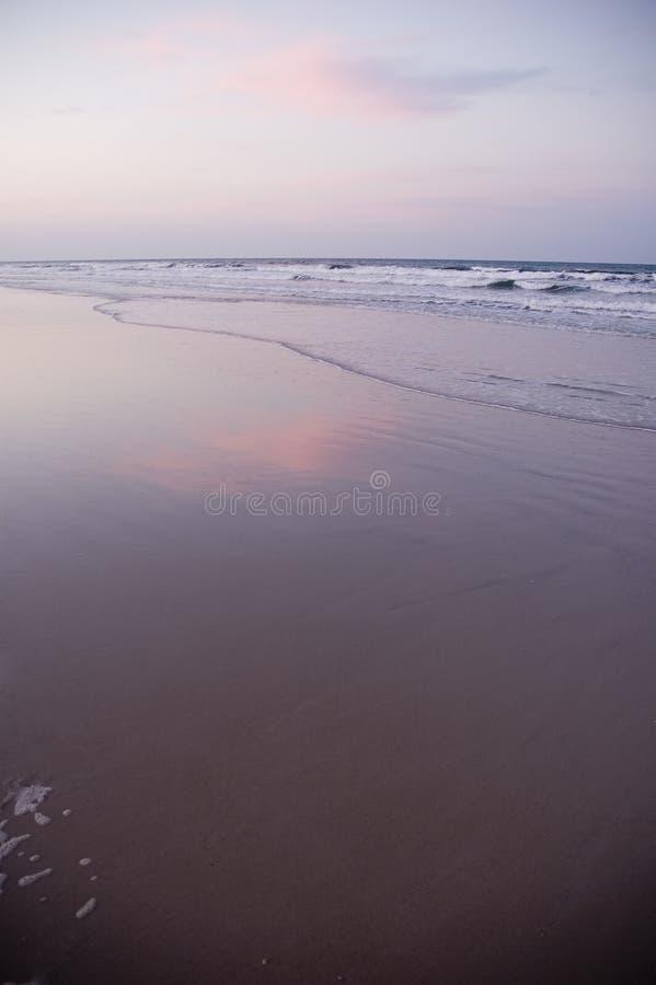 Download Strand bij Zonsondergang stock foto. Afbeelding bestaande uit schuim - 277778