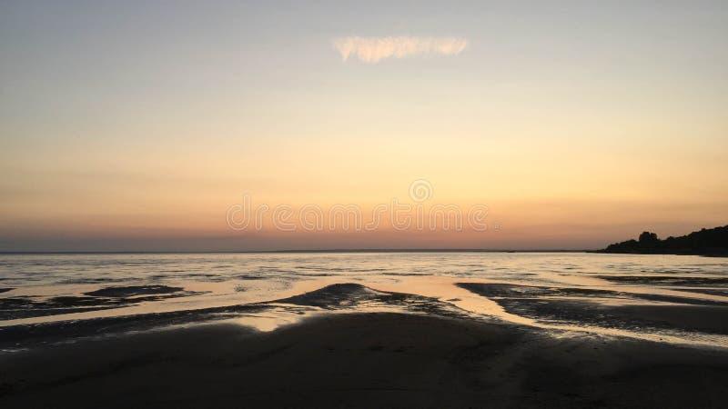 Strand bij zonsondergang dichtbij de Volga rivier stock foto's