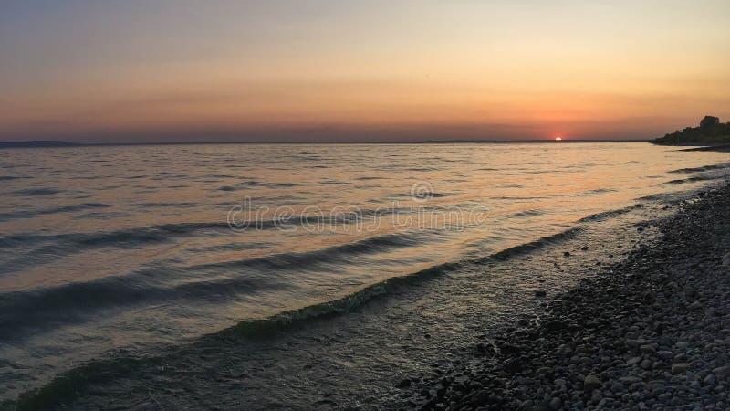 Strand bij zonsondergang dichtbij de Volga rivier, Rusland stock afbeeldingen