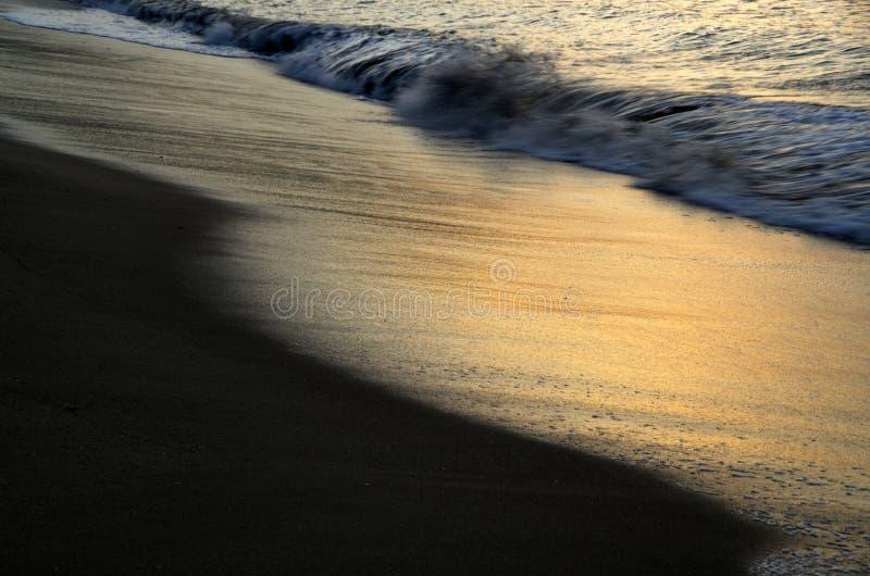 Strand bij zonsopgang royalty-vrije stock afbeelding