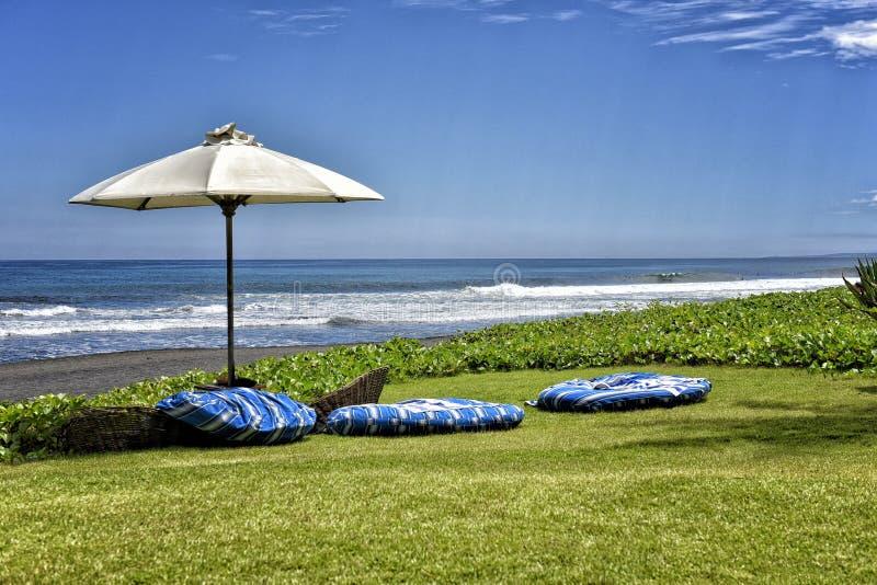 Strand, blauwe hemel royalty-vrije stock afbeelding