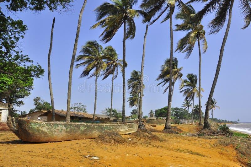 Strand-, Boots- und Palmen auf den Ufern von Ozean stockfoto