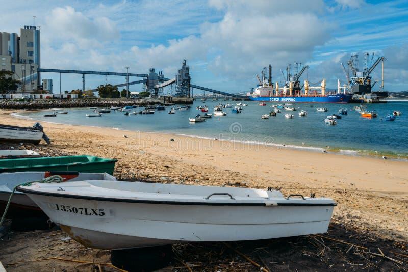 Strand bredvid en terminal och en silo för djupt vatten för korn, härledde produkter och oleaginous produkter i Trafaria, Portuga arkivbild