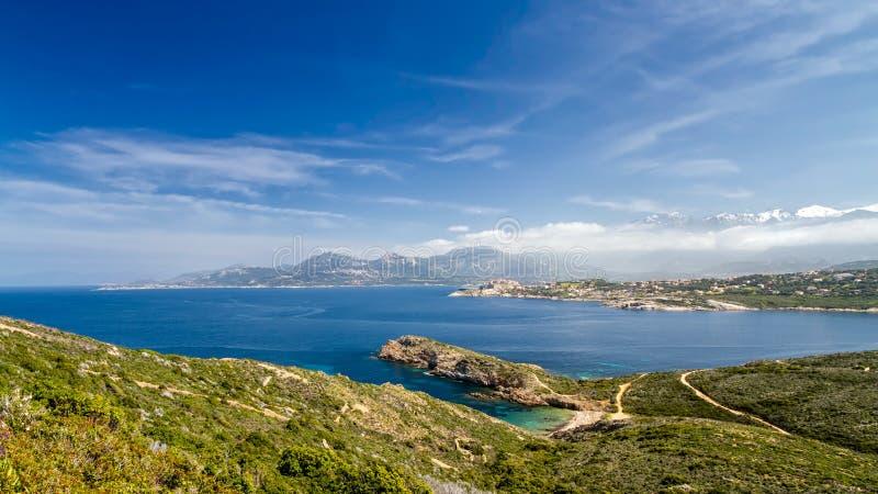 Strand, Calvi, hav och berg från La Revellata i Korsika royaltyfria bilder
