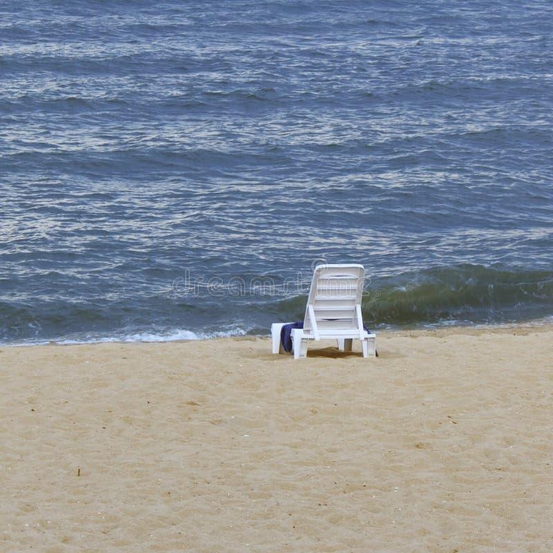 Strand, chaise, hemel, de zomer, zitkamer, wit, zand, overzees, water, blauw, achtergrond, toevlucht, helder zeegezicht, reis, va royalty-vrije stock foto's