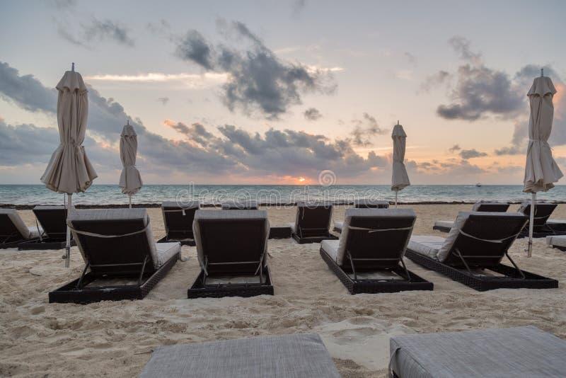 Strand charis bei Sonnenaufgang lizenzfreies stockbild