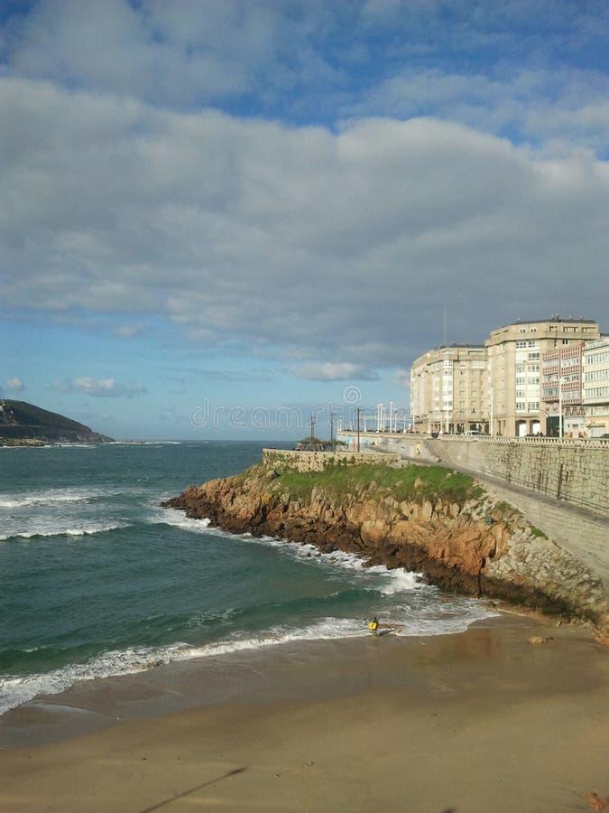 Strand in coruña stock afbeeldingen