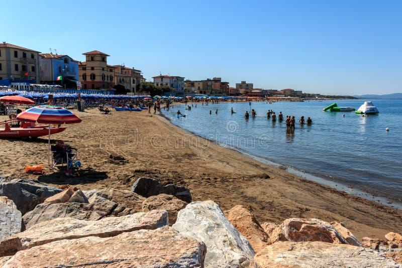 Strand in de kusttoevlucht San Vincenzo, Toscanië, Italië stock foto