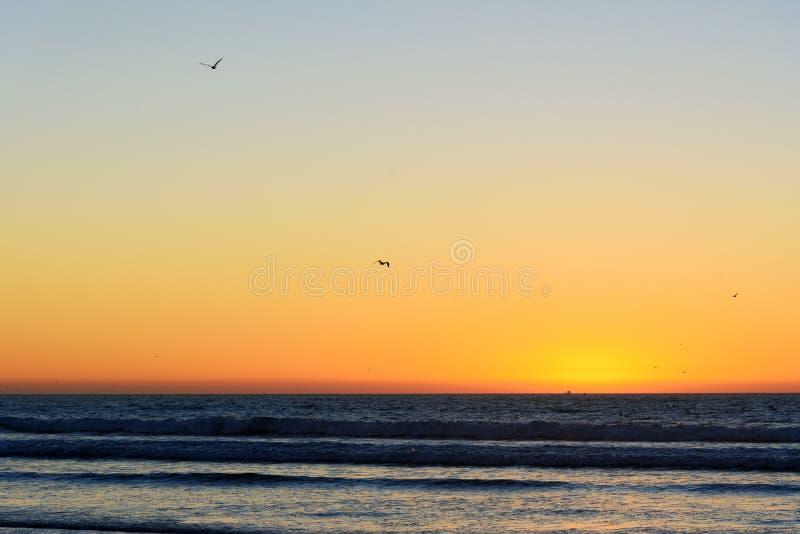 Strand in de stad van Agadir bij zonsondergang, Marokko stock fotografie