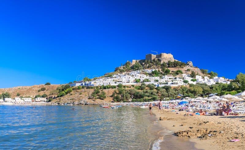 Strand in de stad van Lindos Het eiland van Rhodos Griekenland stock afbeeldingen