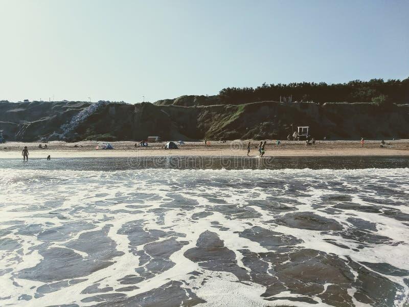 Strand in de winter koude overzees royalty-vrije stock foto's