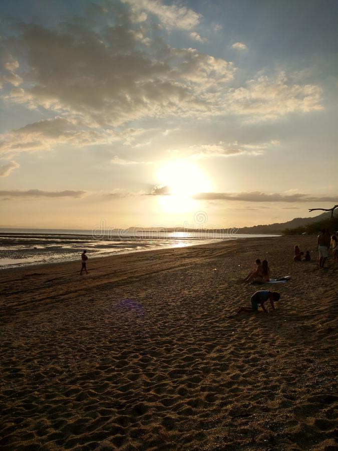 Strand, de zonsopgangmiddernacht van de zonschemering stock foto