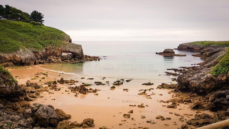 Strand der asturischen K?ste lizenzfreie stockfotografie