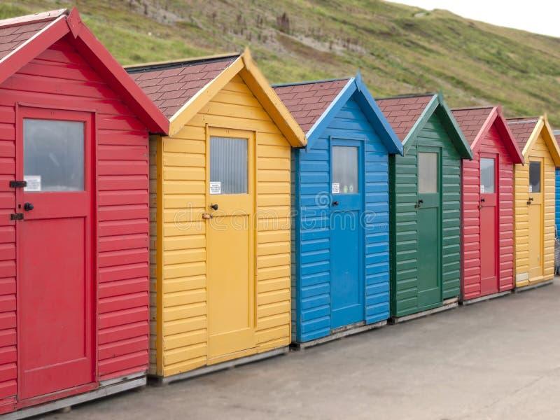 Strand, der Chaletmulti in Folge gefärbt ändert stockbild