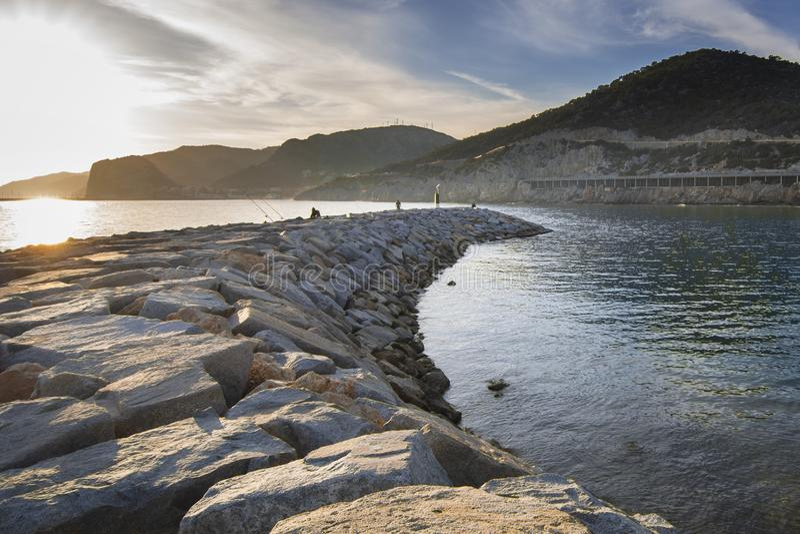 Strand in der ruhigen felsigen Landschaft bei Sonnenuntergang lizenzfreies stockfoto