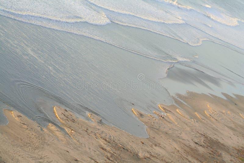 Strand des Schwarzen unten stockbild
