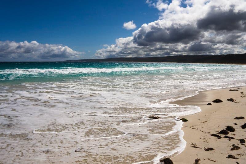 Strand dichtbij de rotsen Yallingup, Westelijke Australi van het Kanaal royalty-vrije stock foto