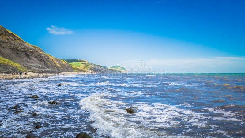 Strand door het Engelse Kanaal in een beroepsstad Charmouth, Dorset, het UK stock foto