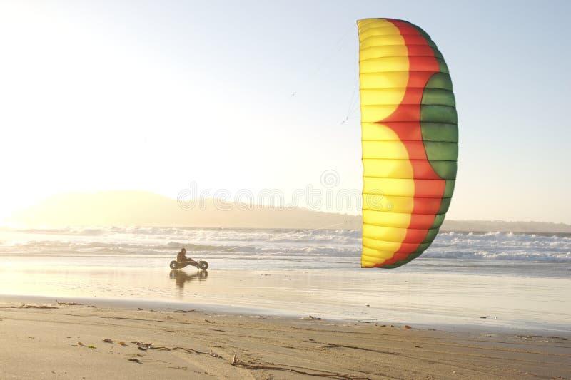 Strand-Drachen Buggying stockfoto