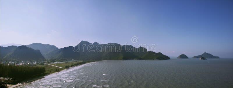 Strand in een nationaal park Khao SAM Roi Yot stock foto's