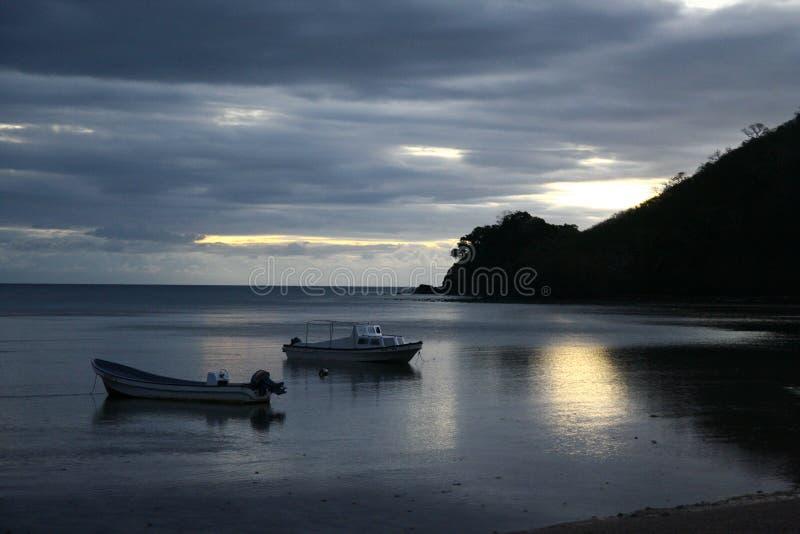 Strand efter solnedgång royaltyfri fotografi