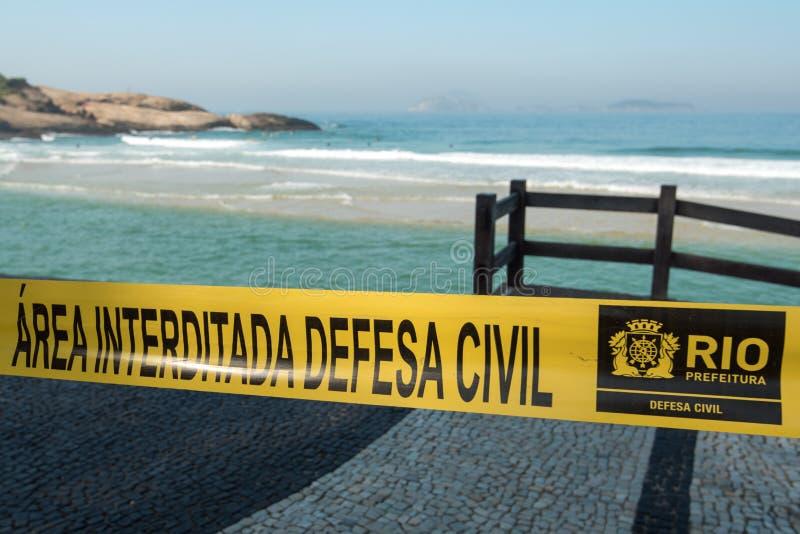 Strand eingezäunt durch Band in Rio de Janeiro lizenzfreie stockfotografie