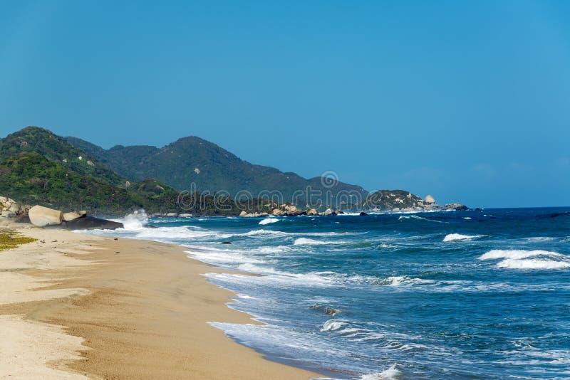 Strand en Blauwe Golven stock afbeelding
