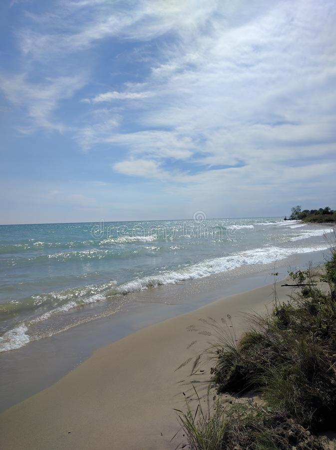 Strand en blauwe hemelen stock foto