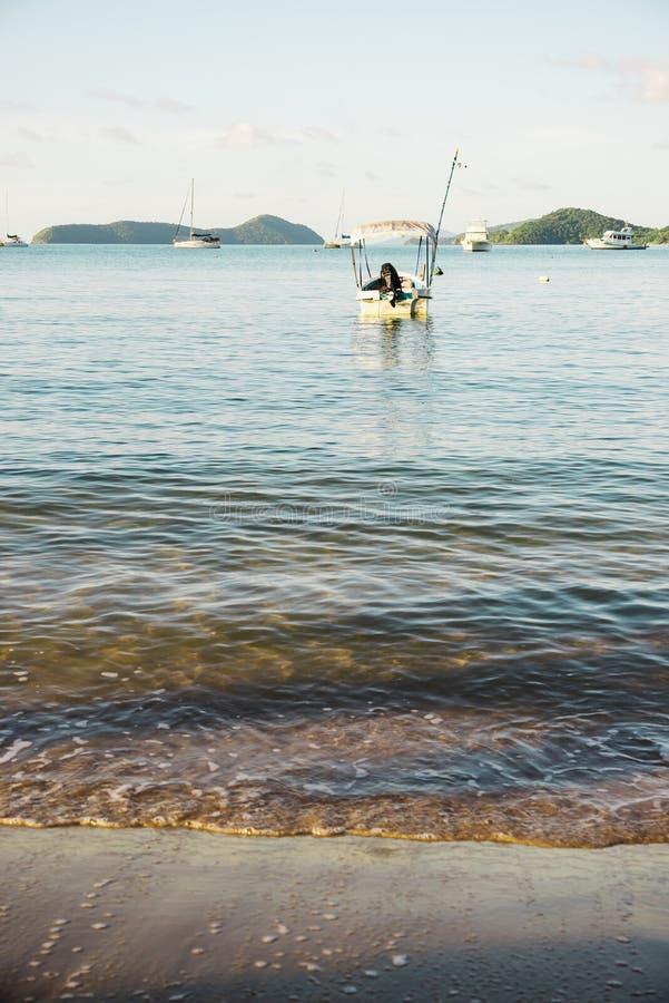 Strand en blauwe overzees in ochtendlicht stock afbeeldingen