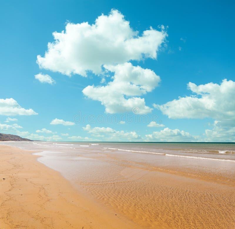 Strand en de Wolken royalty-vrije stock fotografie