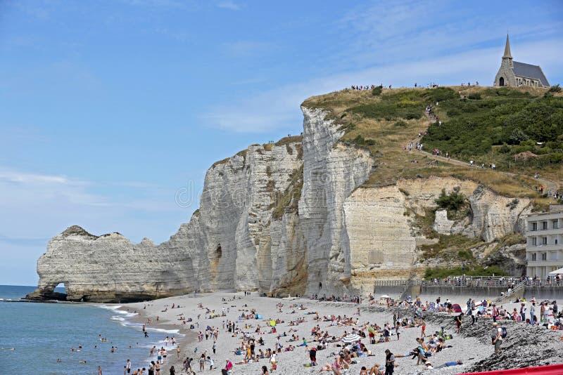 Strand en Kapel boven op Krijtrotsen van Etretat, Normandië, Frankrijk stock afbeelding