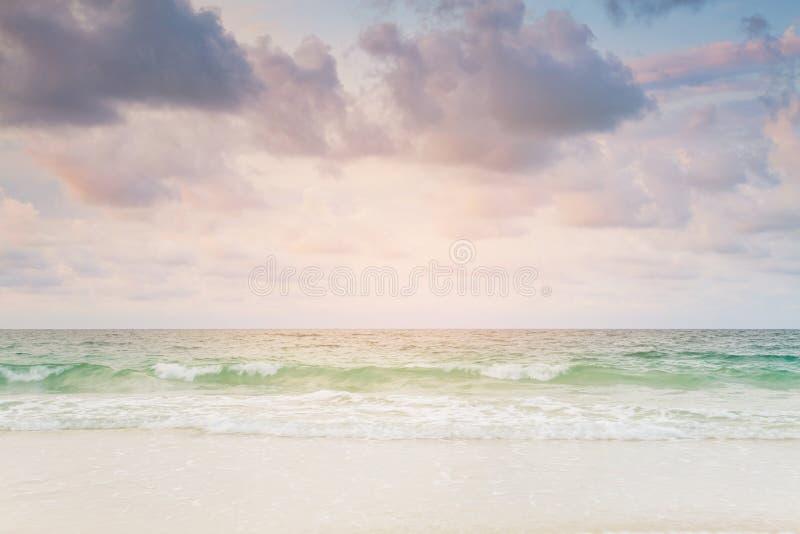 Strand en kielzog met horizon royalty-vrije stock foto's
