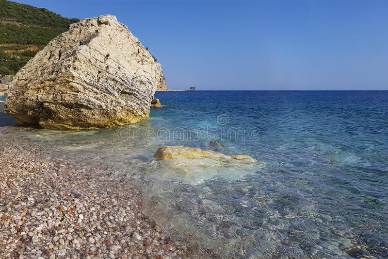 Strand en klippen op Eiland Sinterklaas in Budva, Montenegro Paradijsstrand op eiland in overzees royalty-vrije stock foto